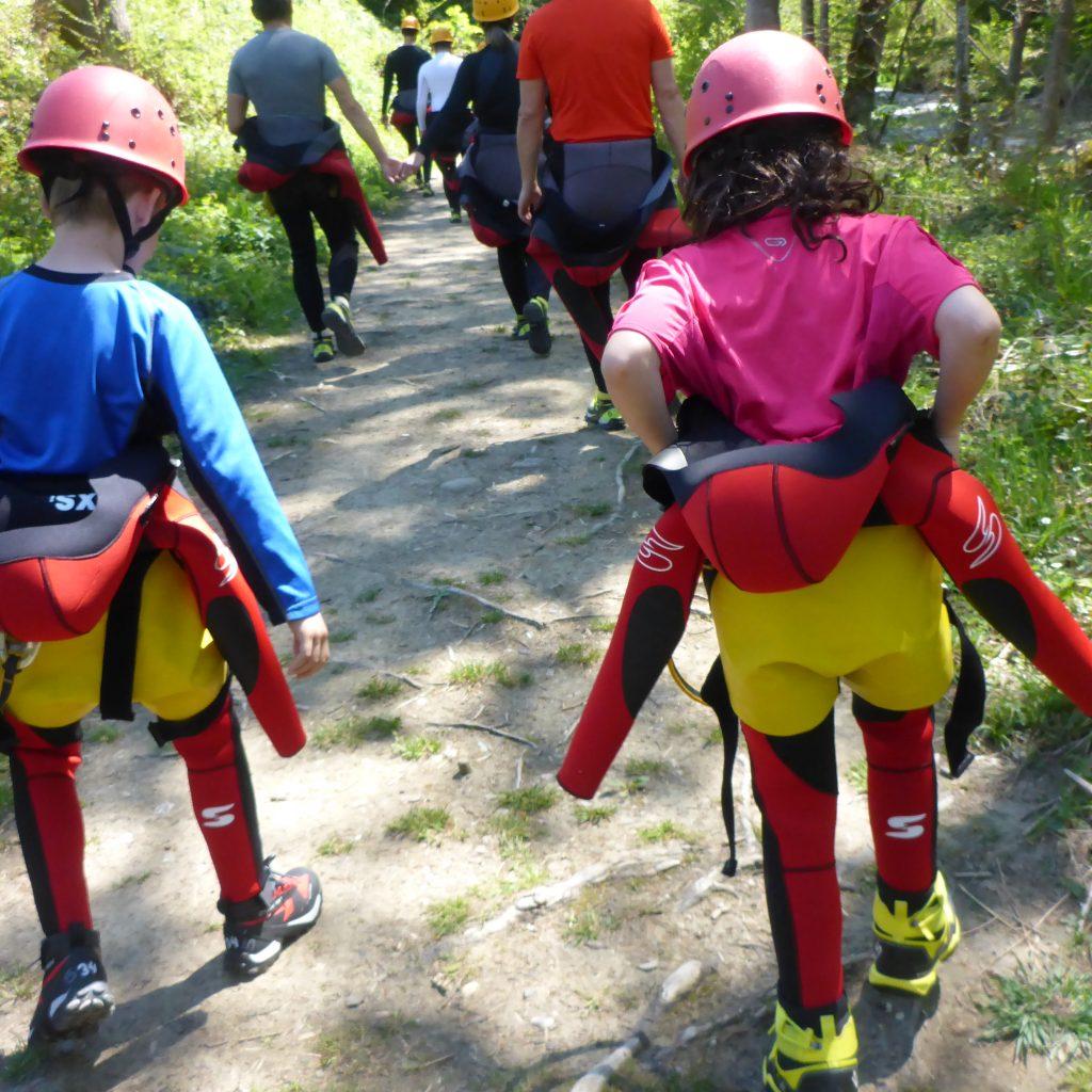 Kinder folgen ihren Eltern bei einer Canyoning-Tour