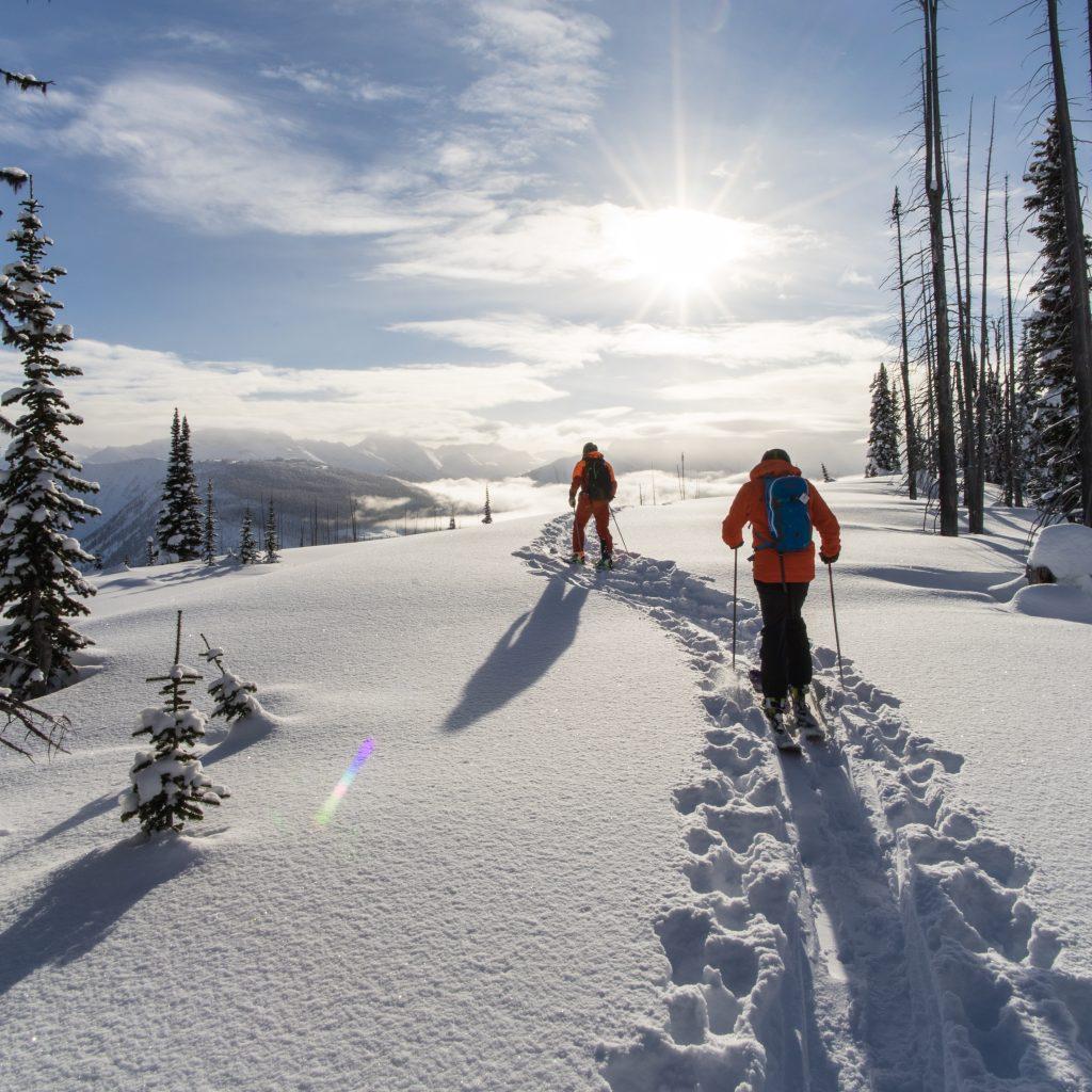 Zwei Männer gehen eine Schneetour durch verschneite Landschaft