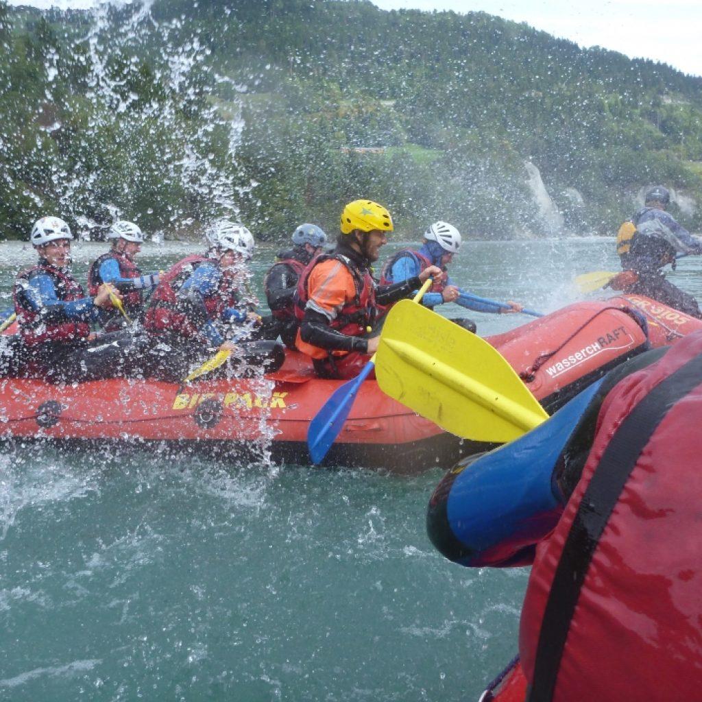 Team im Schlauchboot beim Ultra Rafting auf der Erft