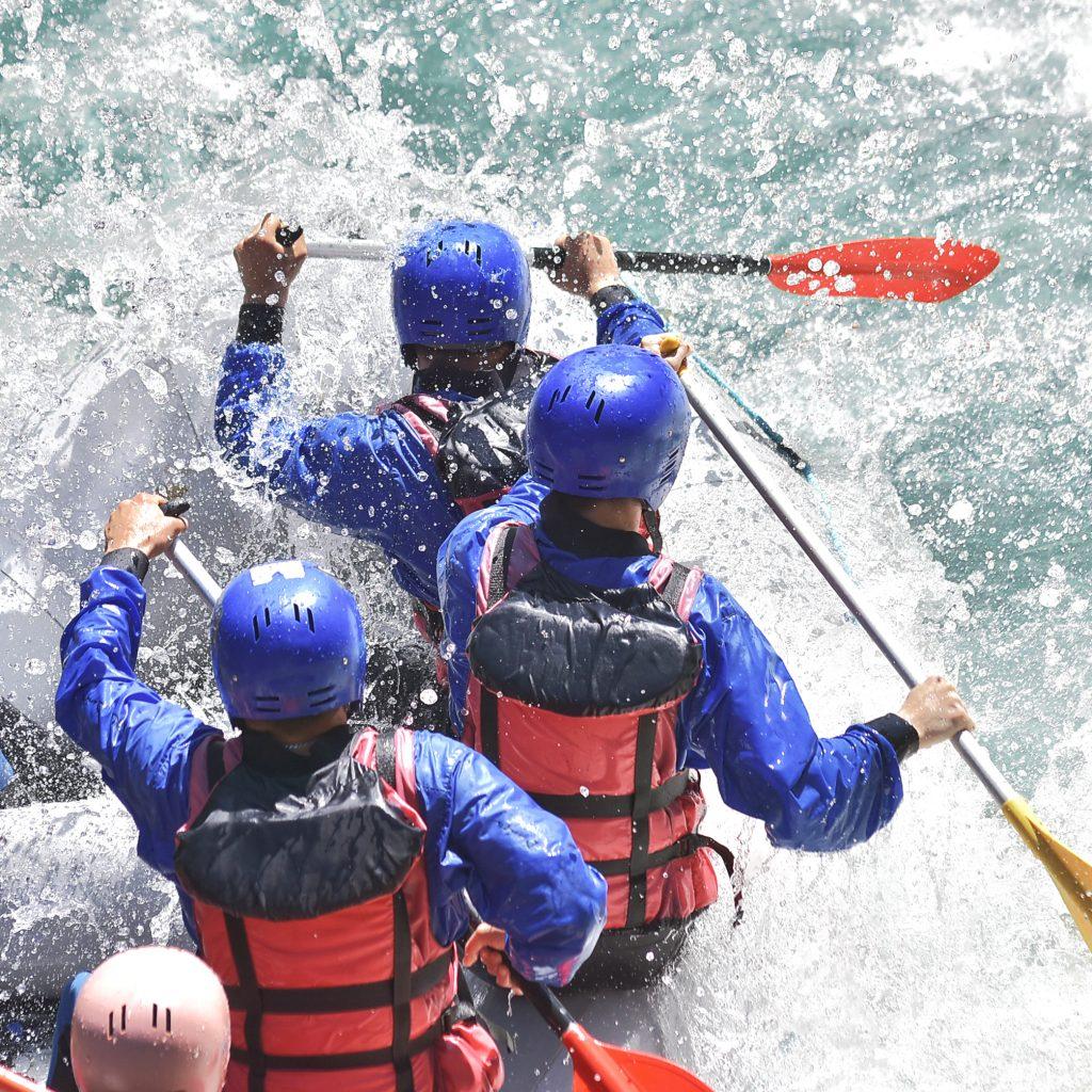 Gruppe im Schlauchboot beim Rafting