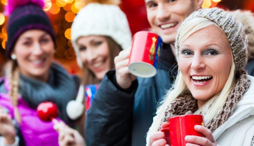 Gruppe auf einem Weihnachtsmarkt