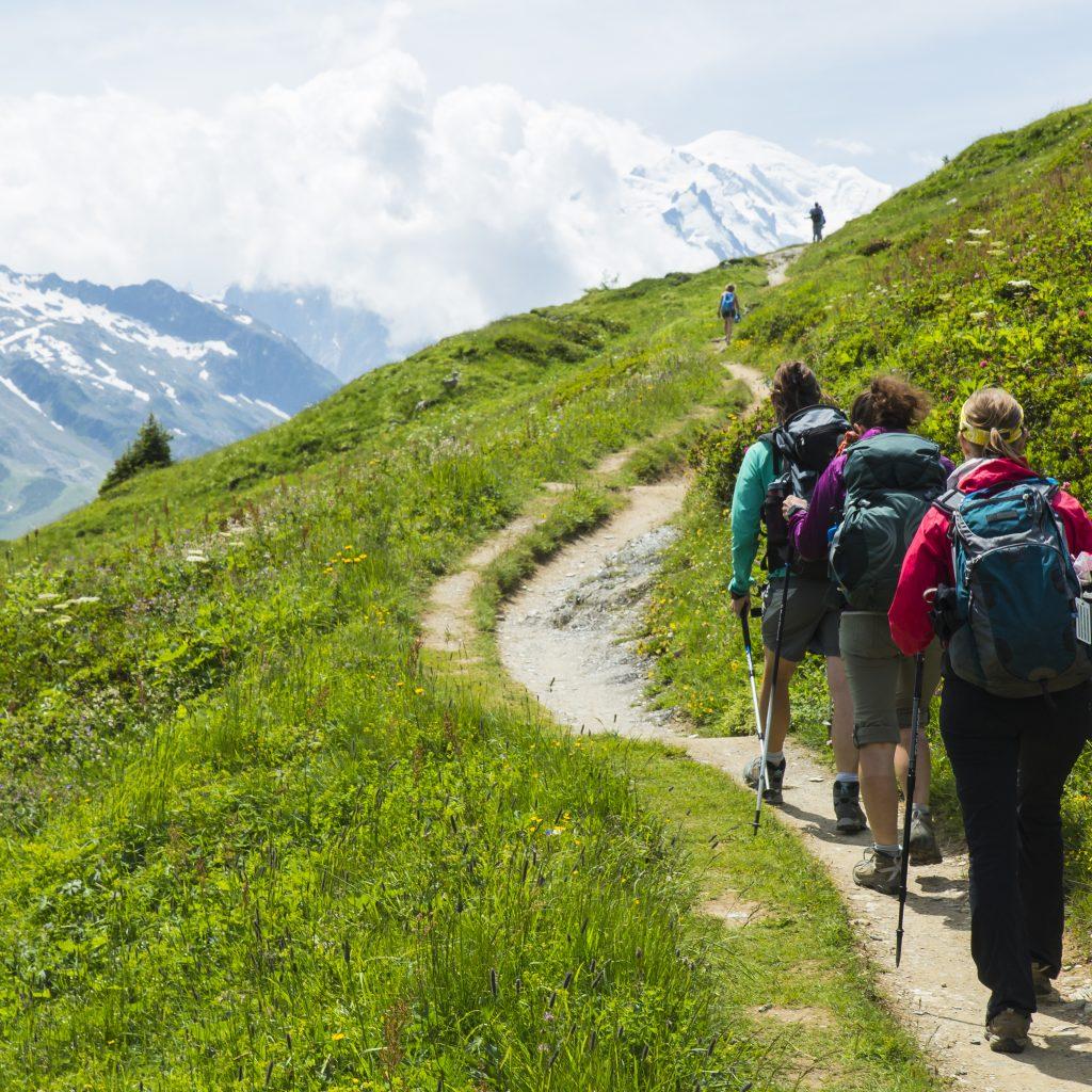 Gruppe von Wanderern auf einem Pfad in den Alpen bei einer Alpenüberquerung