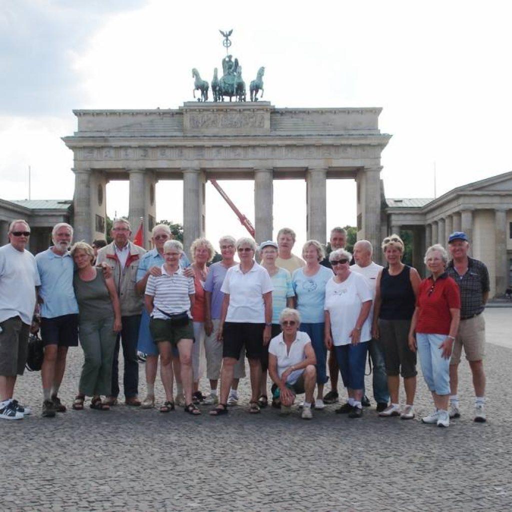 Teilnehmer der Stadtführung vor dem Brandenburger Tor