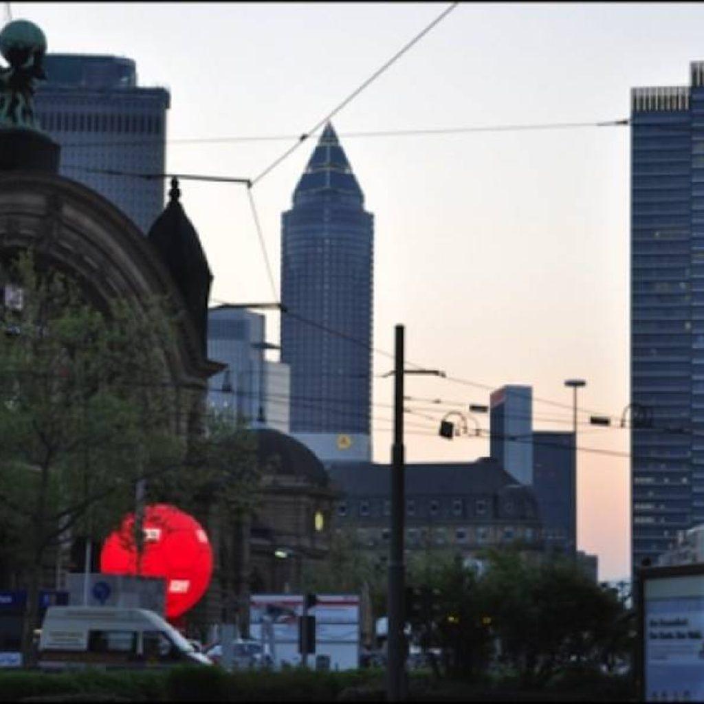 Das abendliche Bahnhofsviertel in Frankfurt mit Skyline