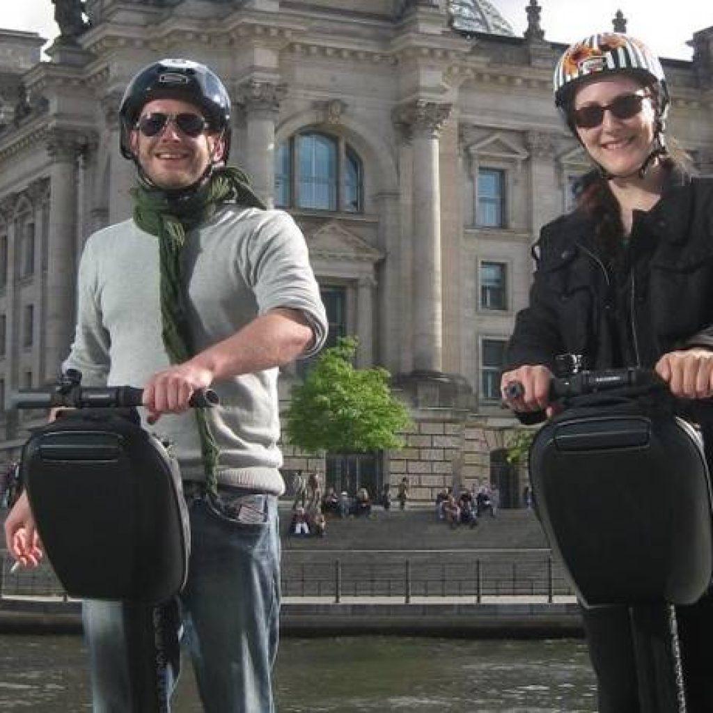 Zwei Segway Fahrer in Berlin
