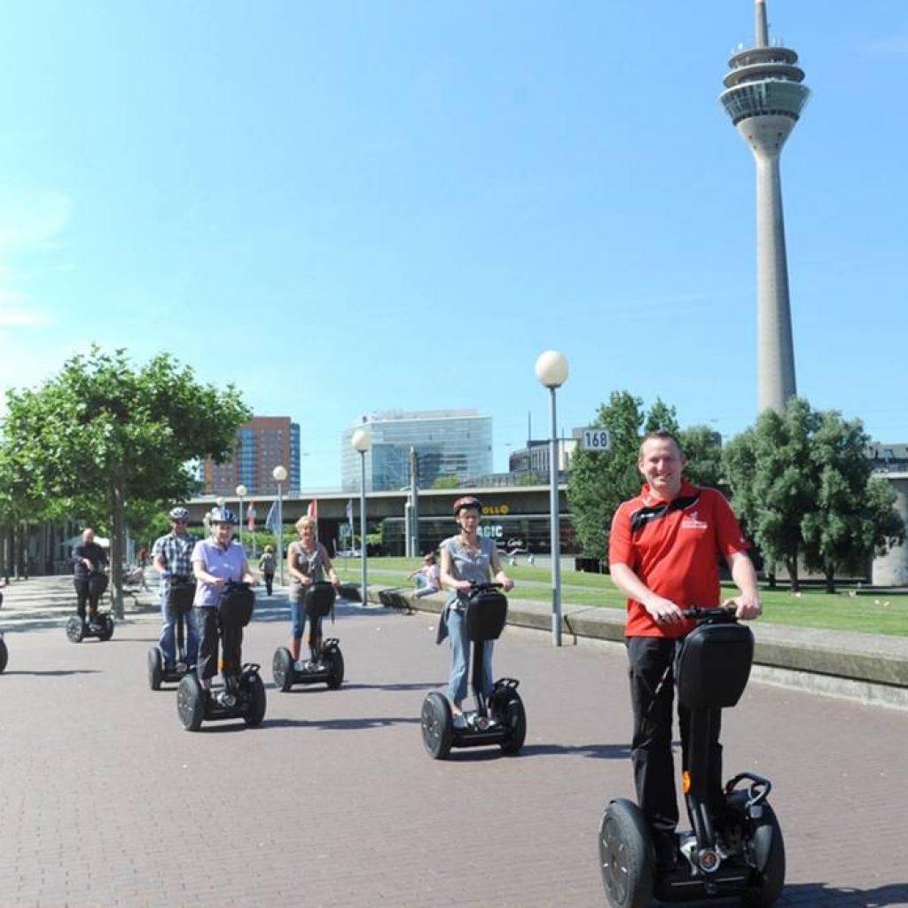 Segway Fahrer vor dem Fernsehturm in Düsseldorf
