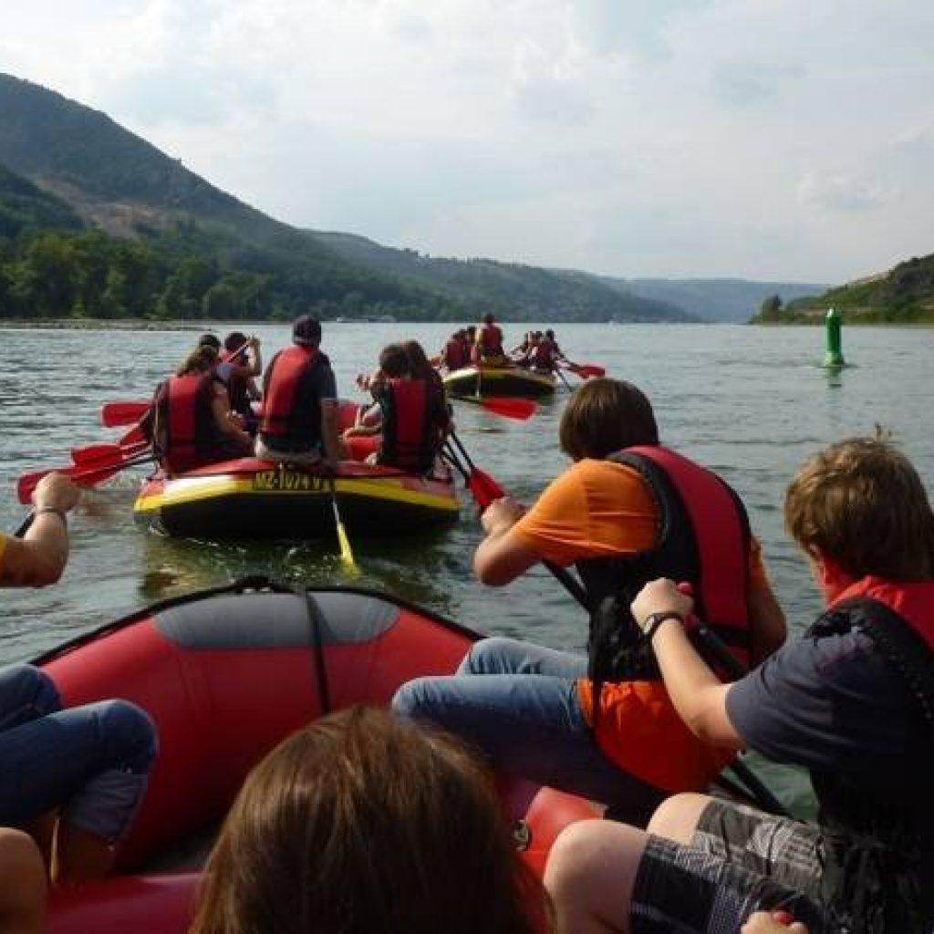 Schlauchboote beim Rafting im Mittelrheintal