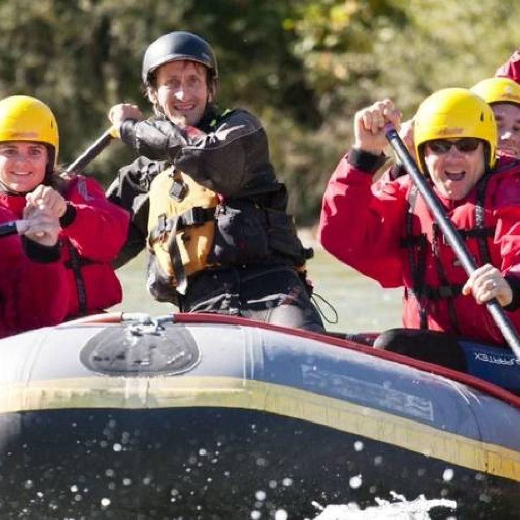 Gemischtes Team im Boot beim Rafting