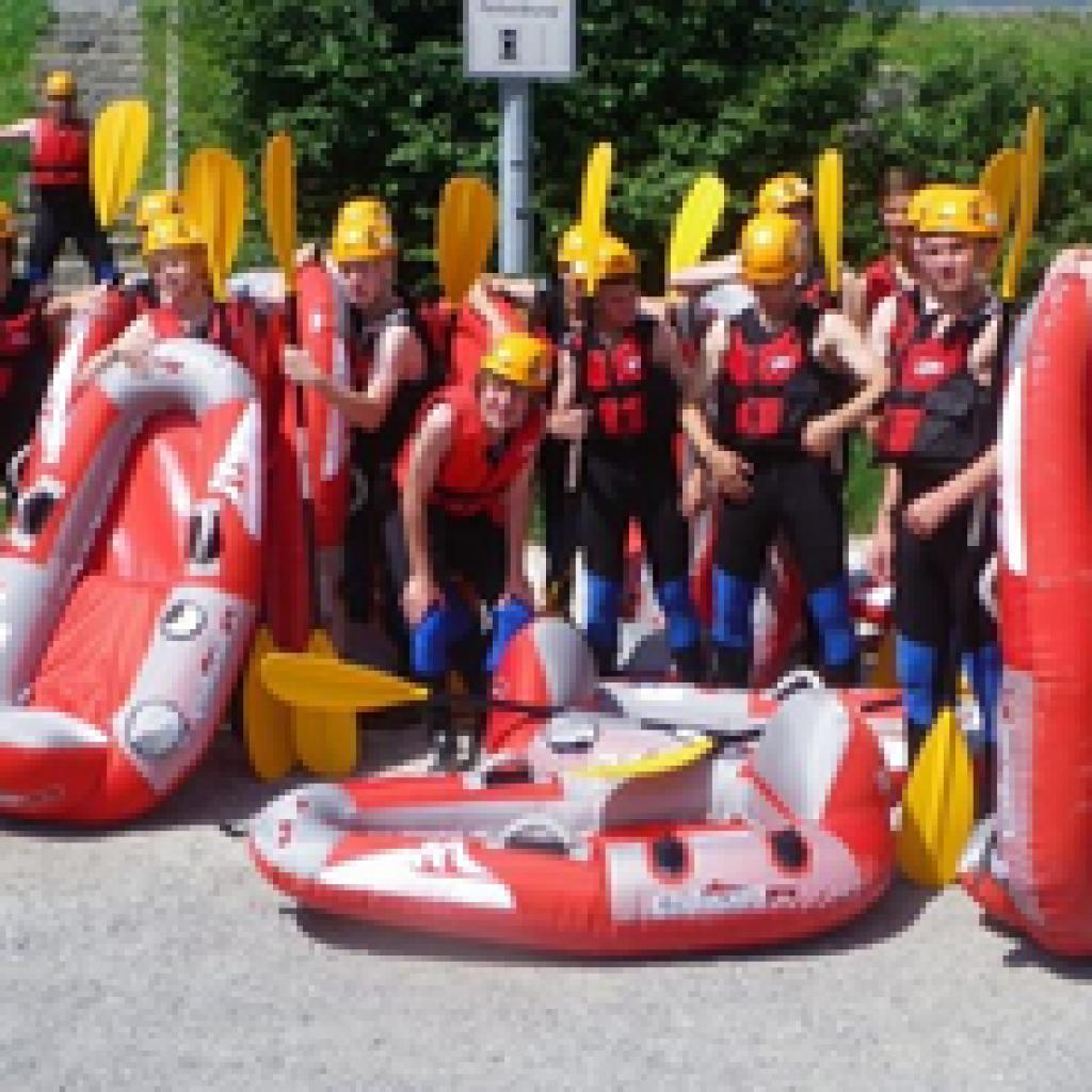 Team vor Beginn des Raftings mit Ausrüstung an Land