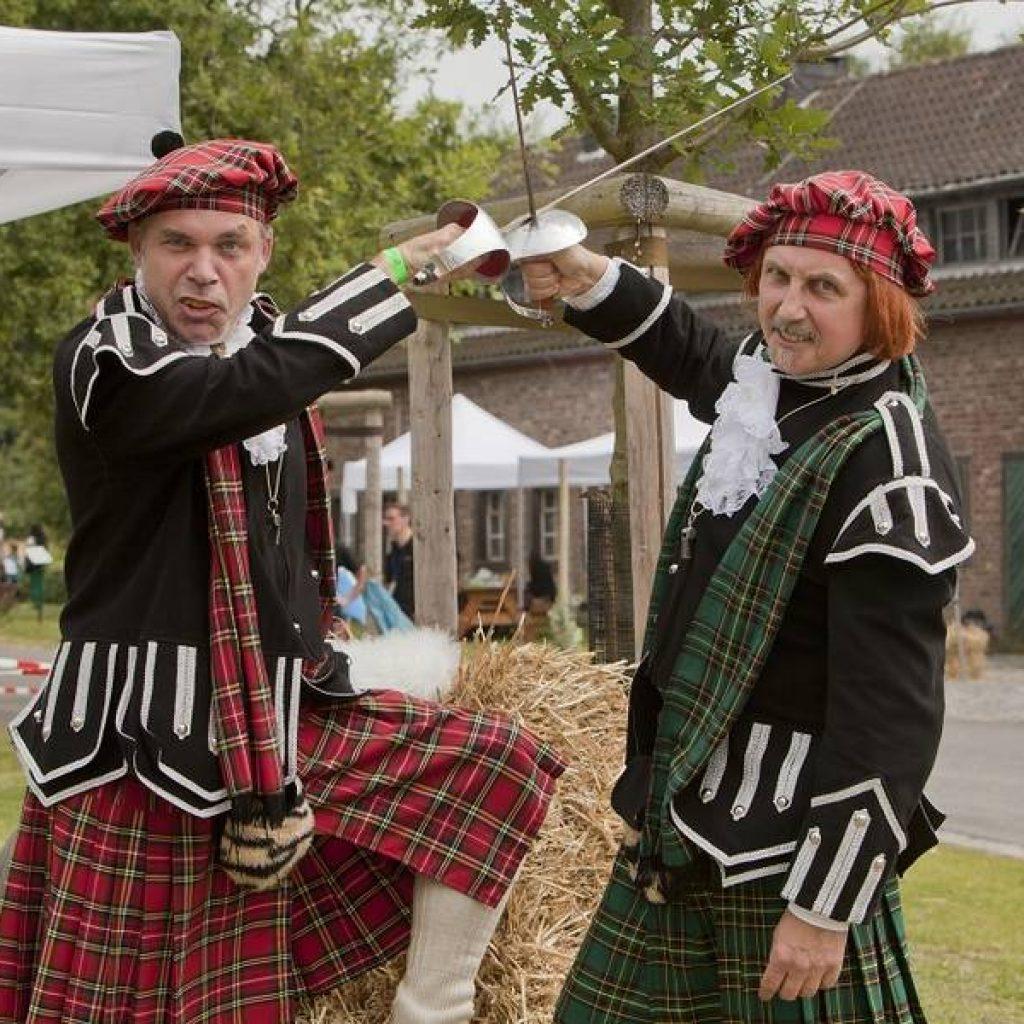 Zwei Teilnehmer in schottischer Montur bei den Highland Games