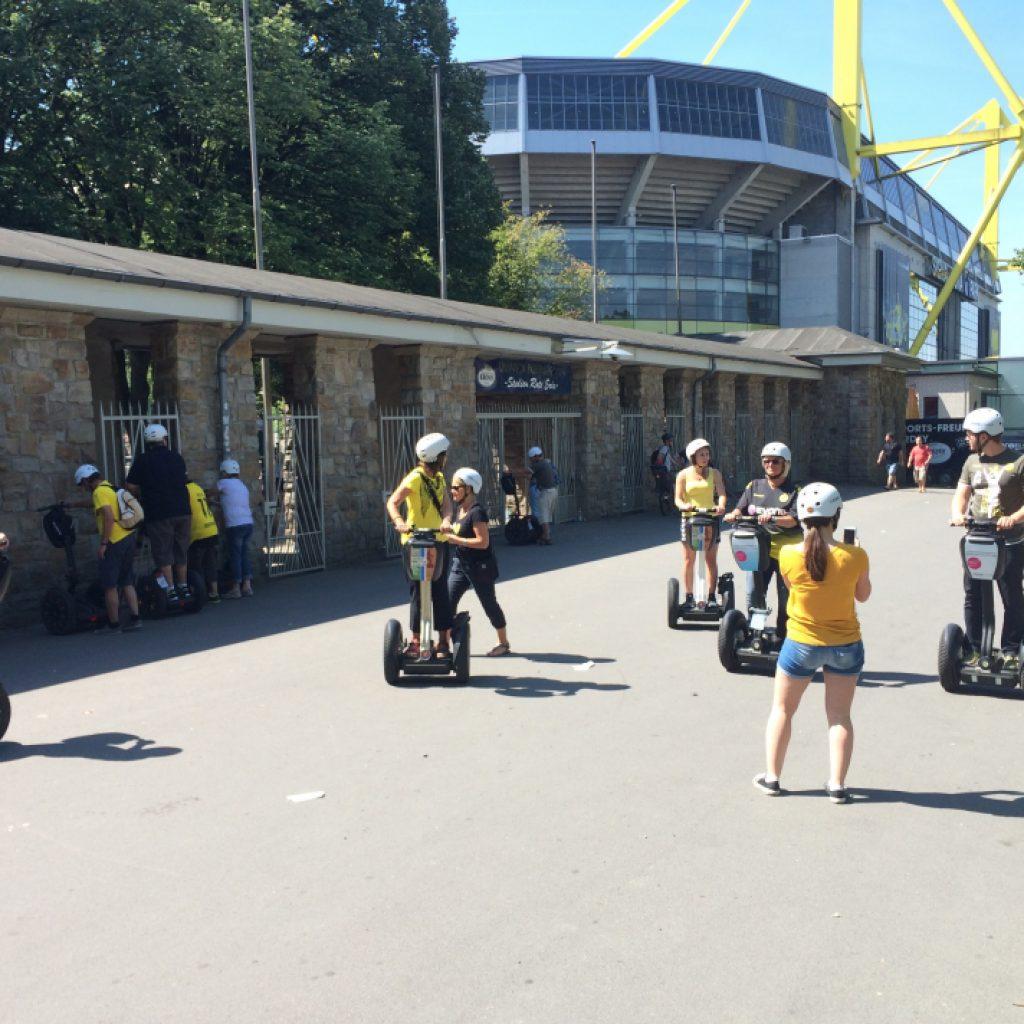 Segway Fahrer vor dem Stadion in Dortmund