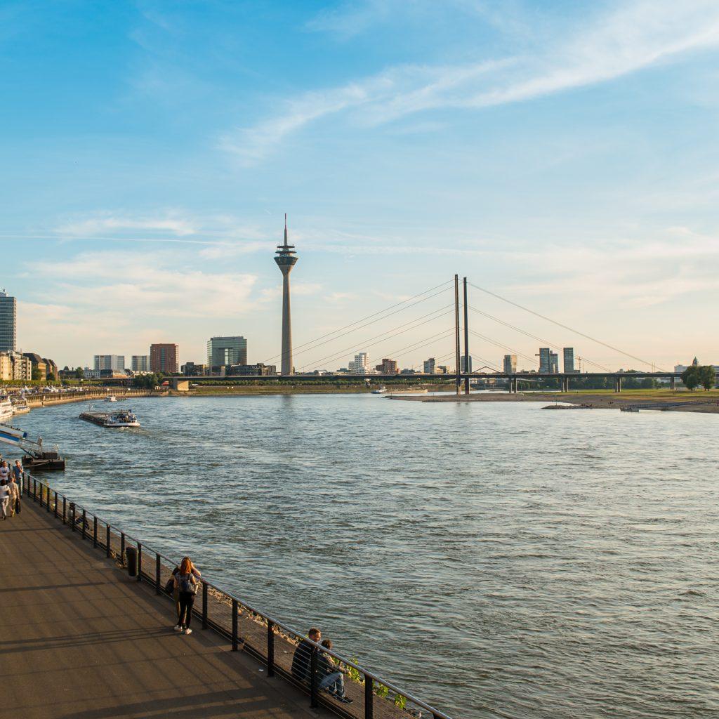 Uferpromenade in Düsseldorf am Rhein mit Blick auf Fernsehturm und Staatskanzlei