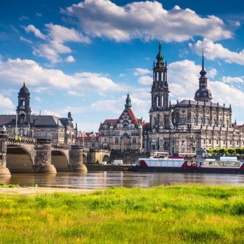 Blick auf Elbeufer bei Dresden
