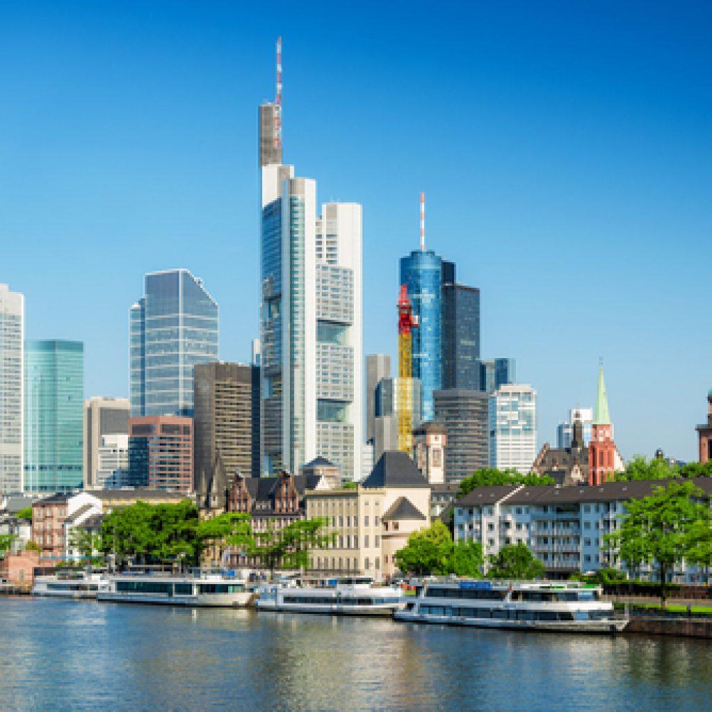 Blick auf die Skyline und den Rhein von Frankfurt am Main
