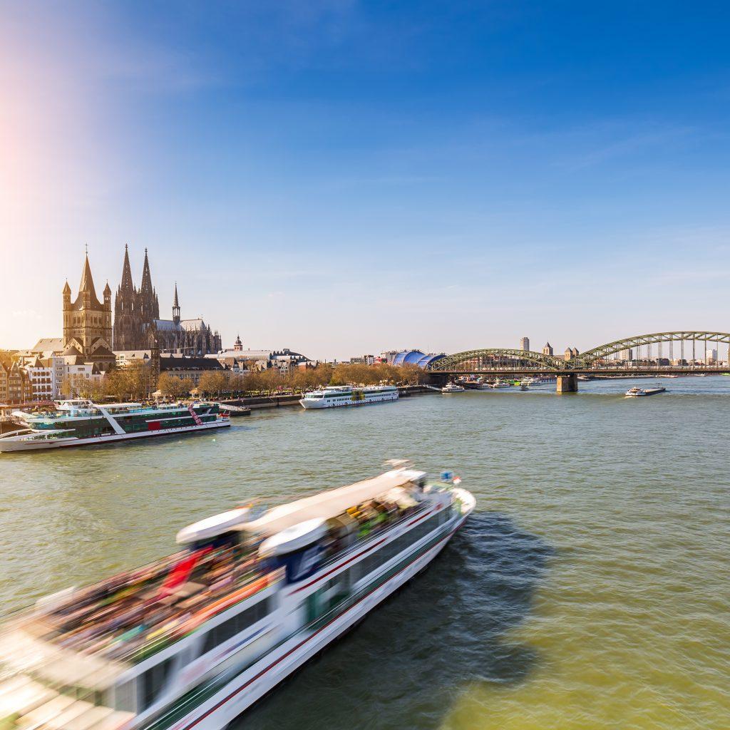 Boot auf dem Rhein bei Köln