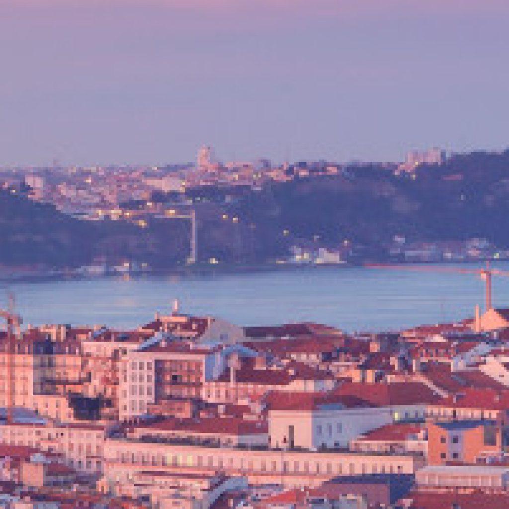 Blick auf Lissabon mit Küste und Hängebrücke im Hintergrund