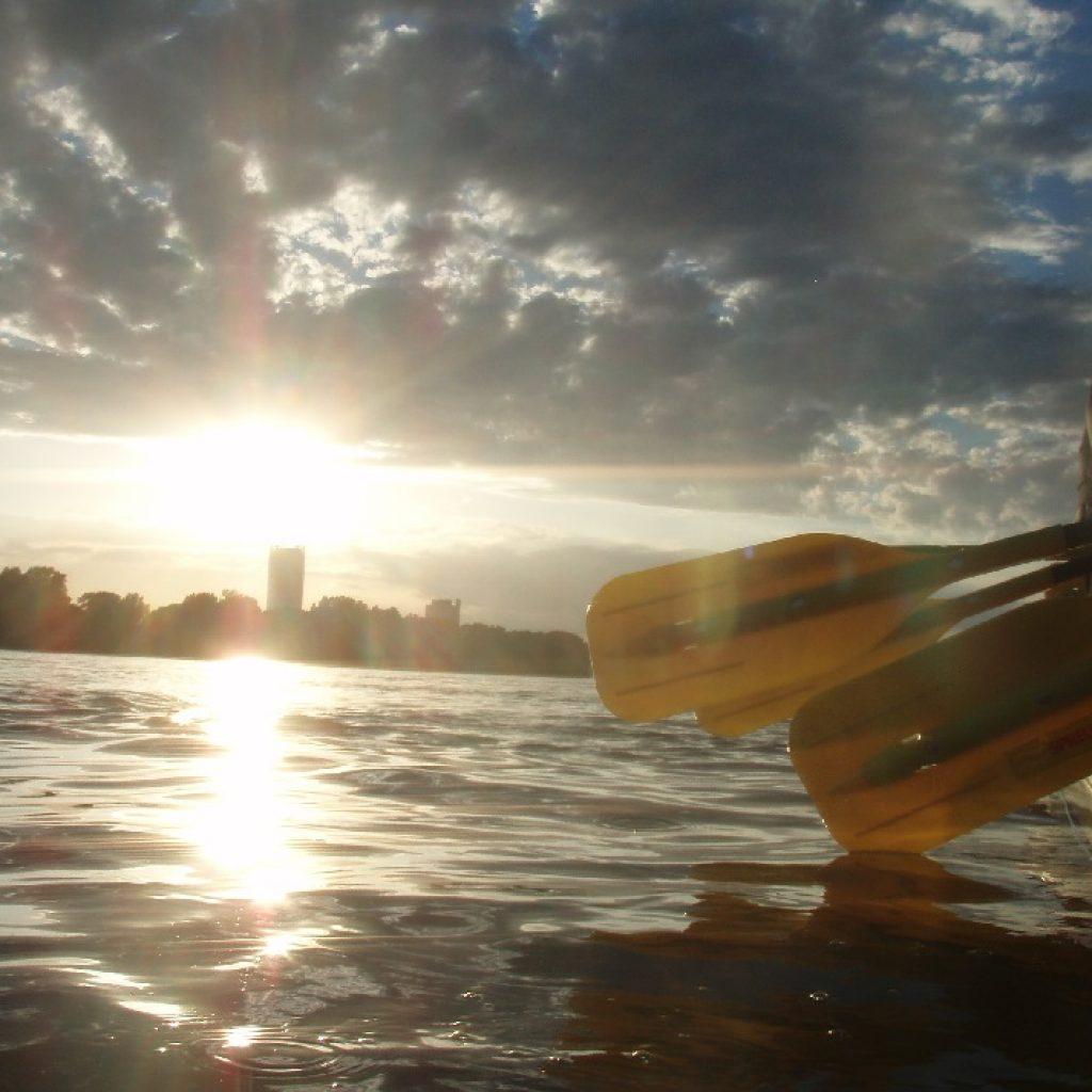 Rafter auf dem Rhein am Abend