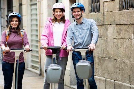 Zwei Segwayfahrer mit Helm