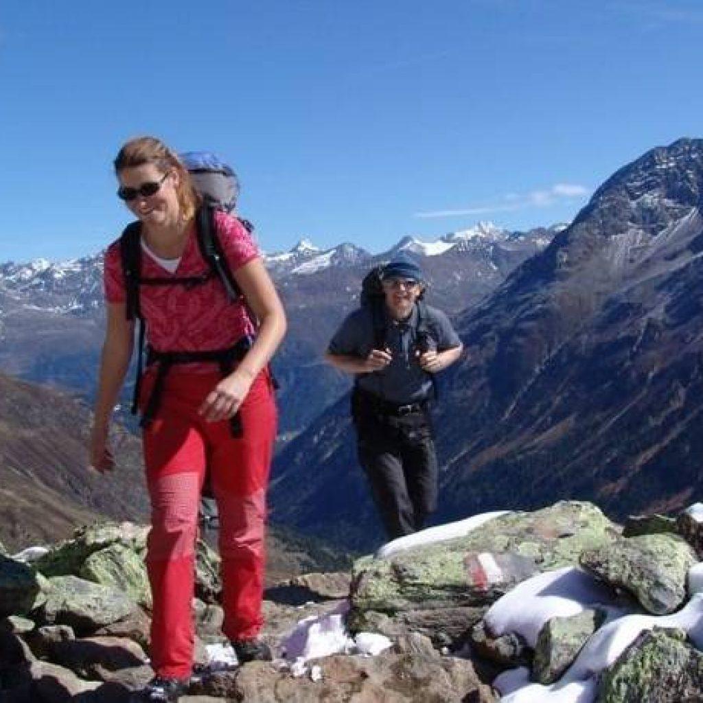 Mann und Frau bei der Alpenüberquerung für Singles