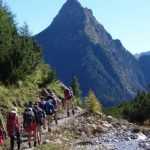 Teilnehmer der Alpenüberquerung 50 plus auf einem Gebirgspfad