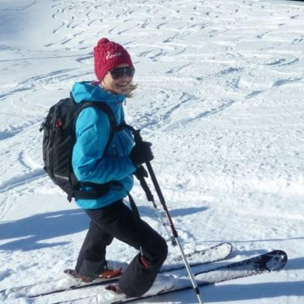 Frau auf Skiern im Tiefschnee