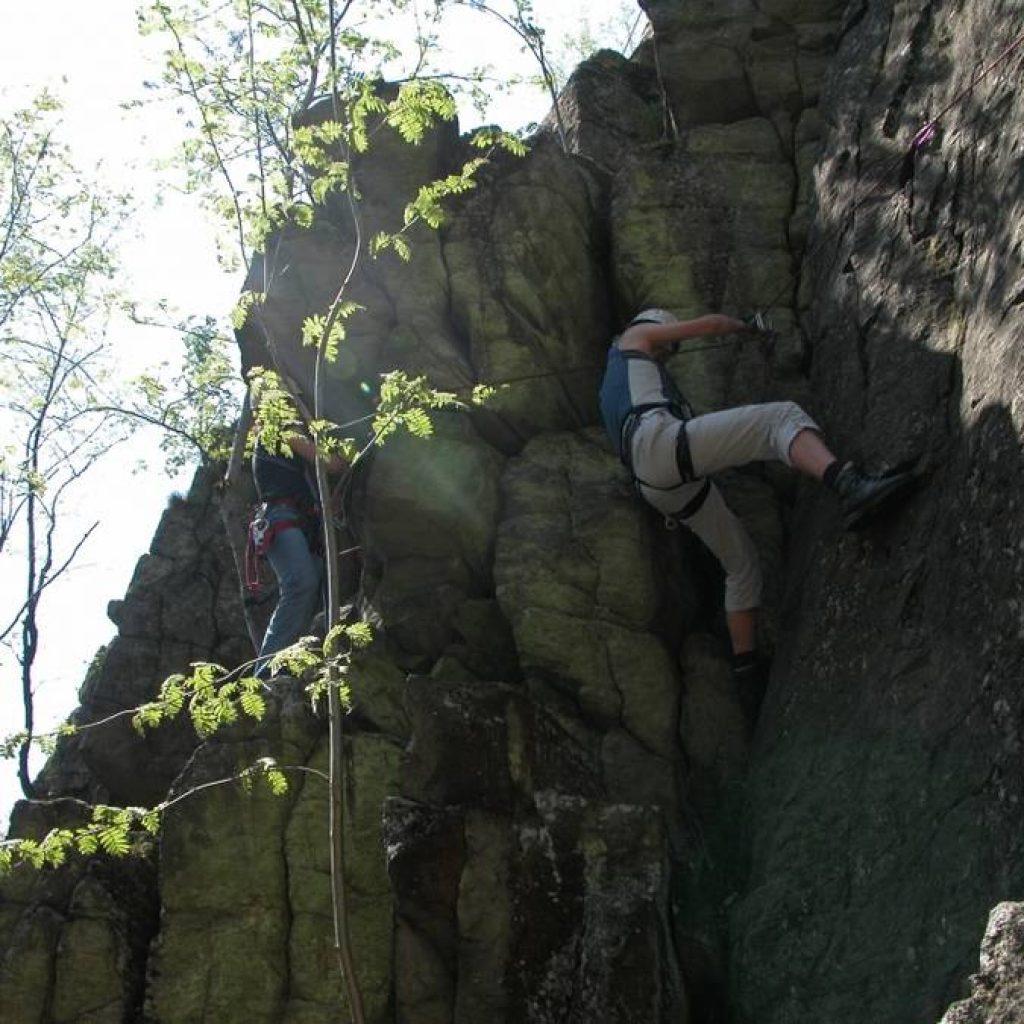 Zwei Kletterer an einem Fels