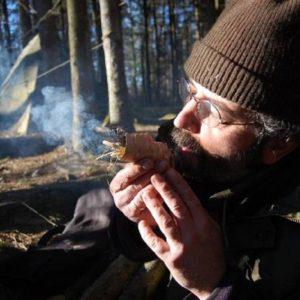 Mann macht Feuer bei Survival