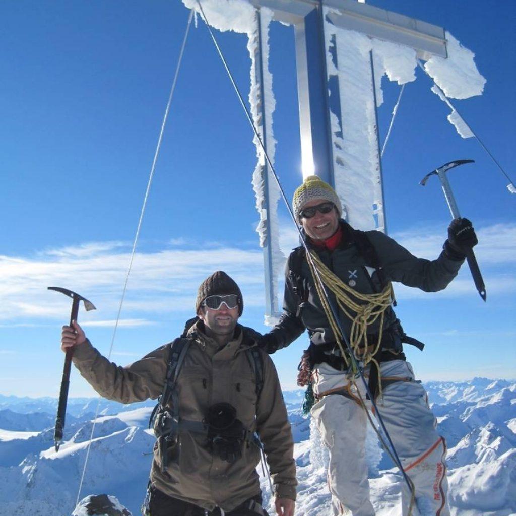 Zwei Skitourengeher auf der Wildspitze