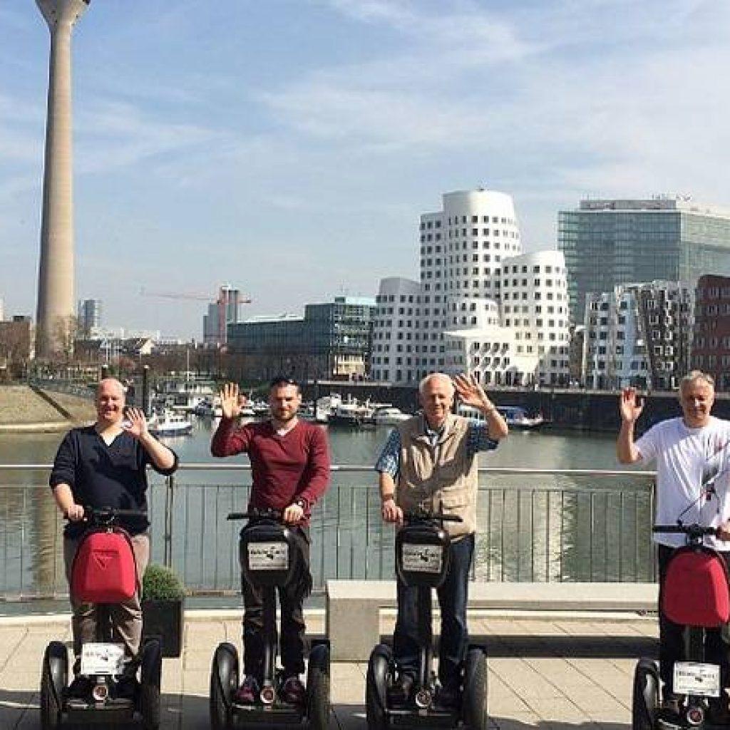Segwayfahrer im Medienhafen Düsseldorf