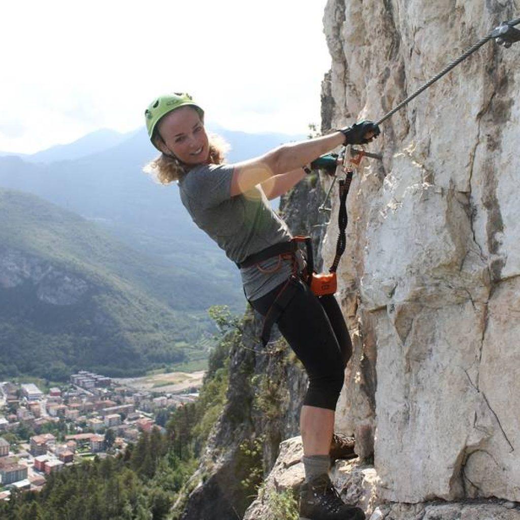 Klettererin am Fels