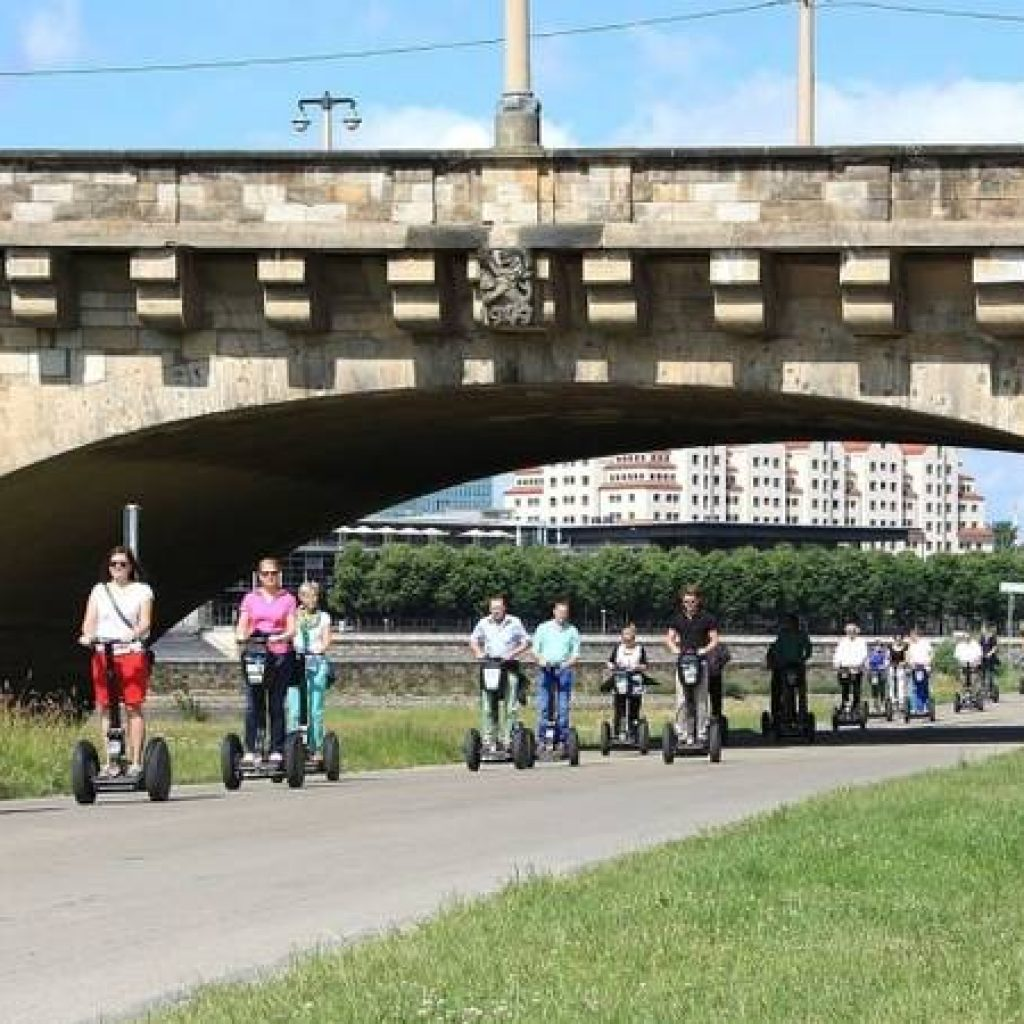 Segwayfahrer unter einer Brücke