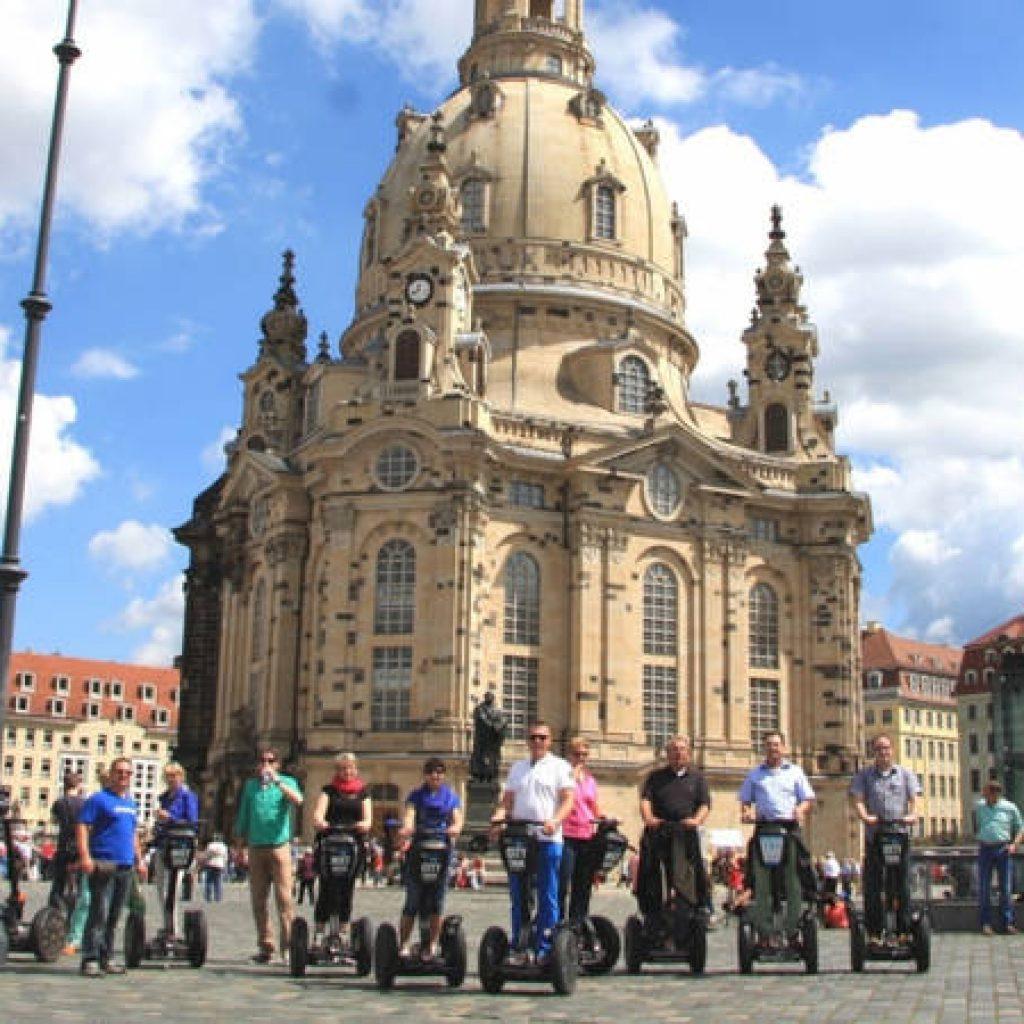 Segwayfahrer vor der Frauenkirche in Dresden