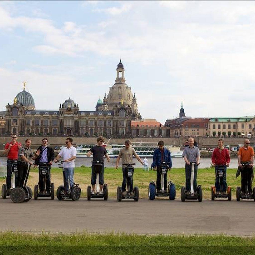 Segwayfahrer am Ufer der Elbe in Dresden
