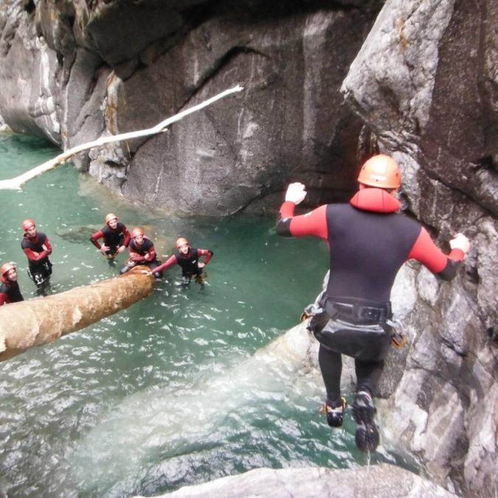Kletterer springt in einen Wasserpool
