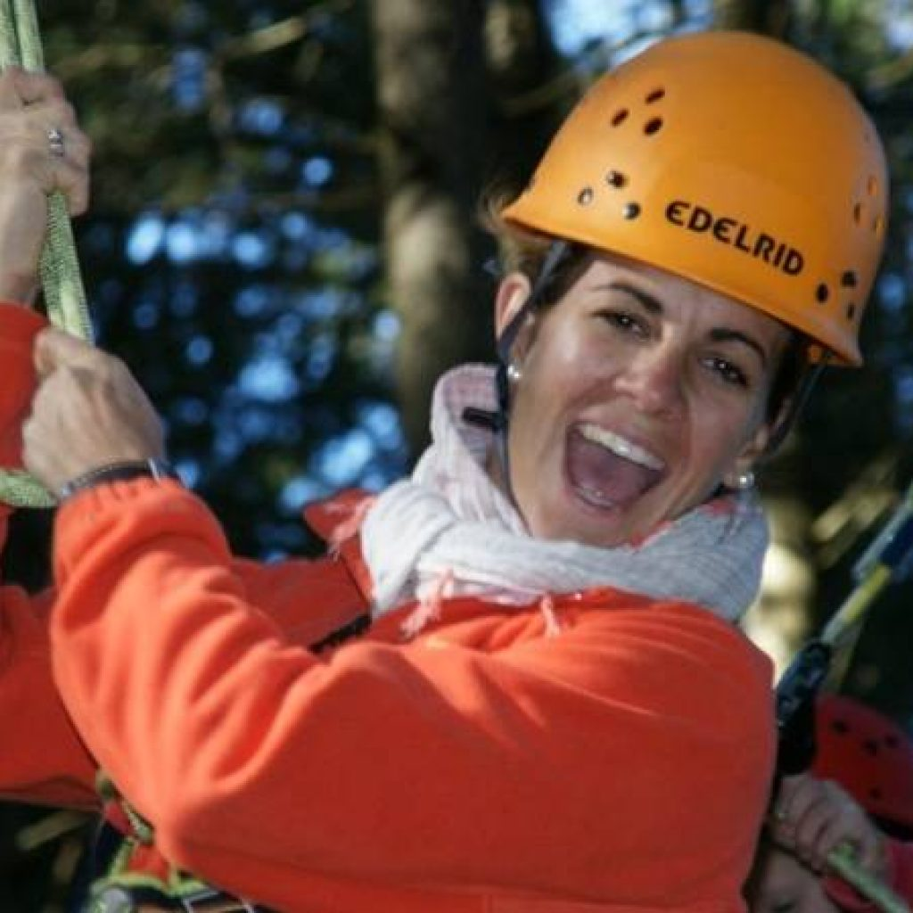 Frau im Kletterpark