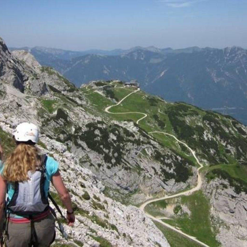 Klettererin auf Felsgrat in den Alpen