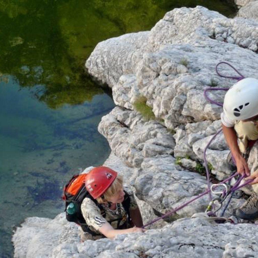 Zwei Menschen beim Canyoning sichern sich