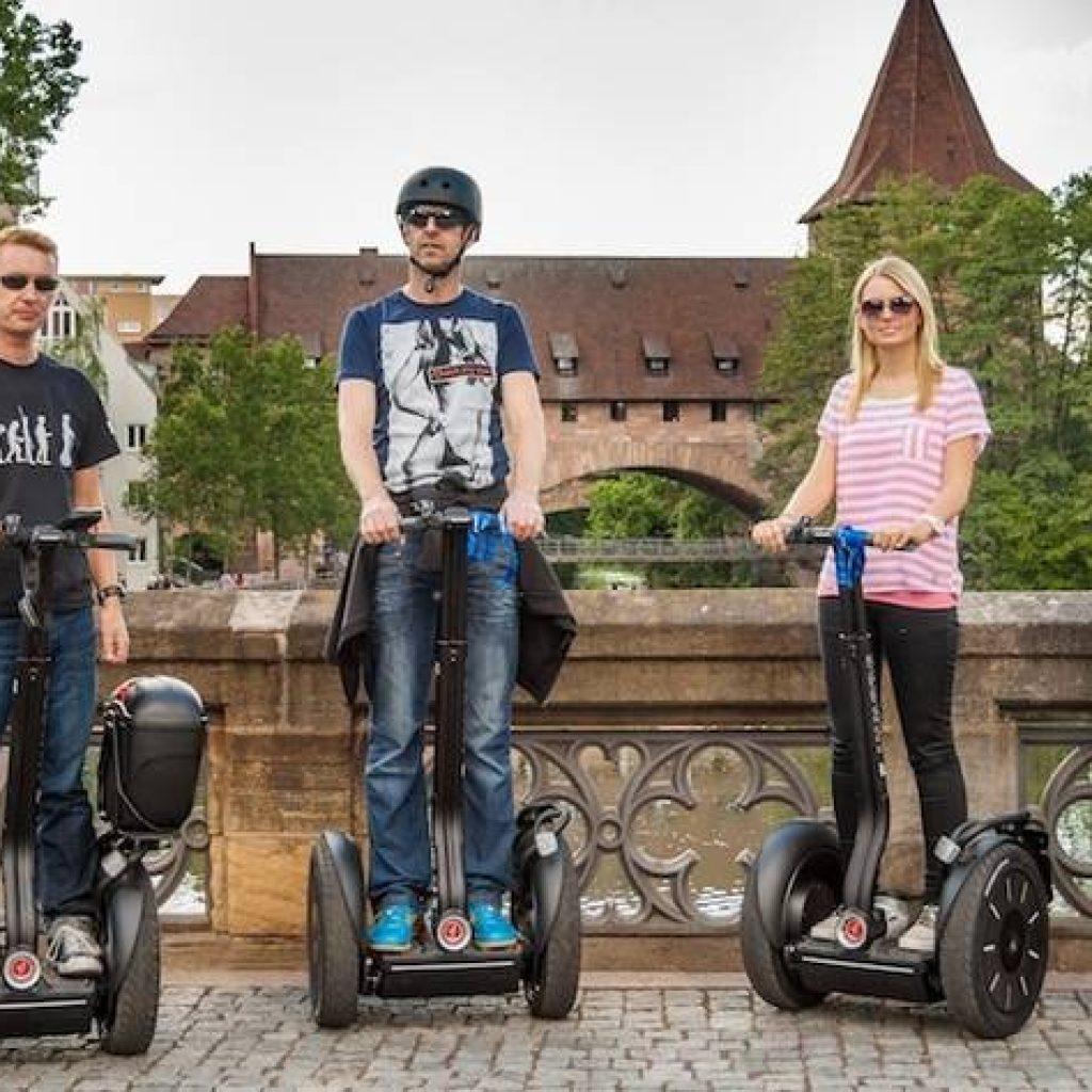 Segwayfahrer auf einer Brücke in Nürnberg