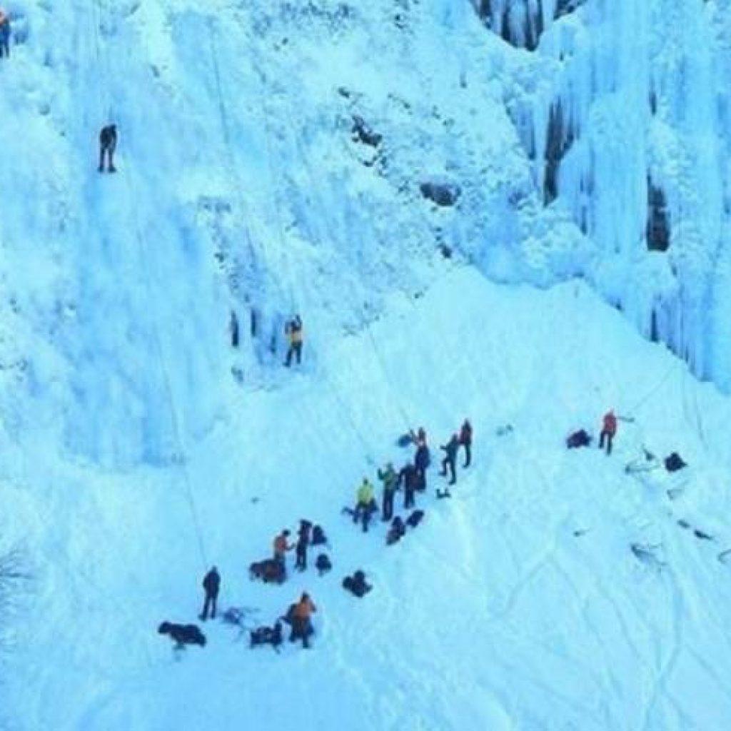 Eiskletterer an einem Gletscher