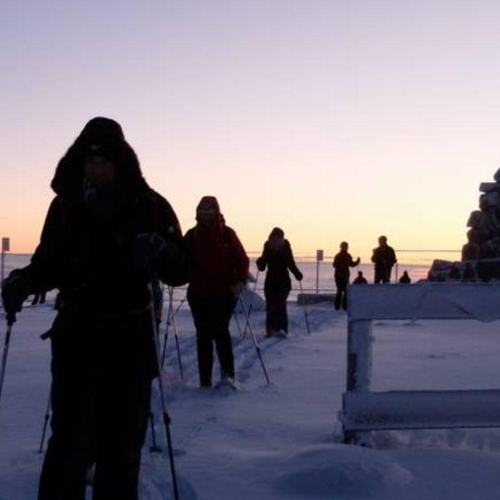 Schneeschuhwanderer in der Dämmerung
