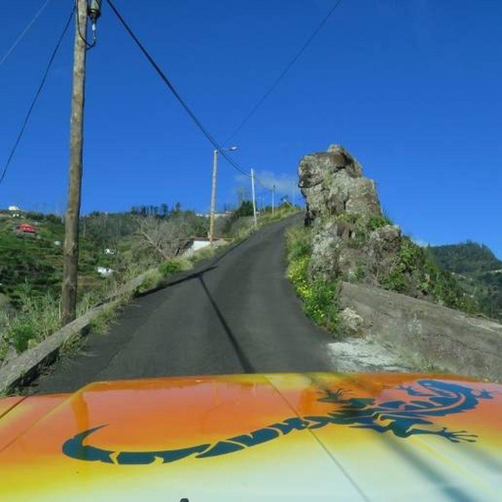 Jeep fährt Straße hoch