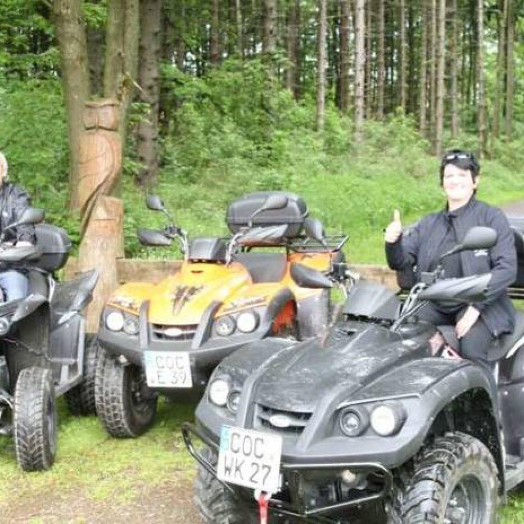Quadfahrer machen Pause im Wald