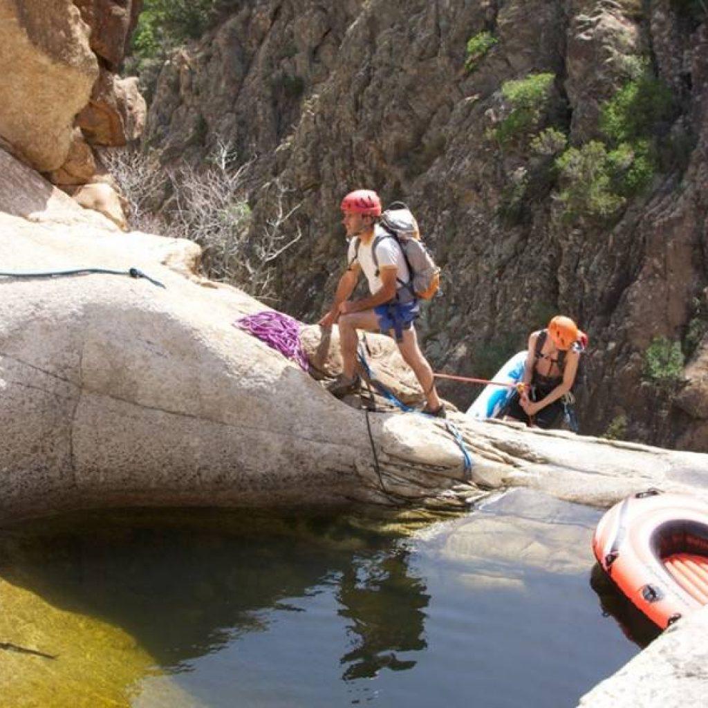 Zwei Männer sichern sich beim Canyoning