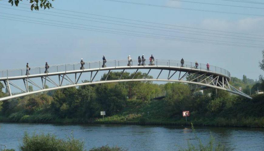 Segwayfahrer auf einer Brücke