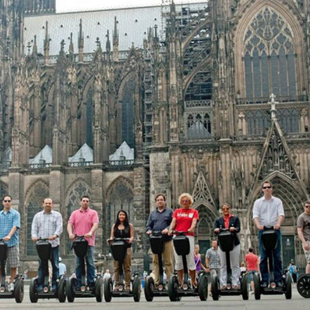 Segwayfahrer vor dem Kölner Dom