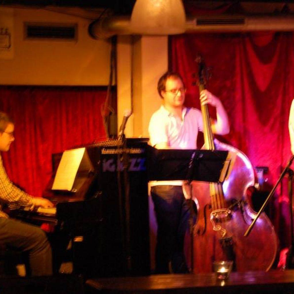 Pianist und Bassist in einer Bar