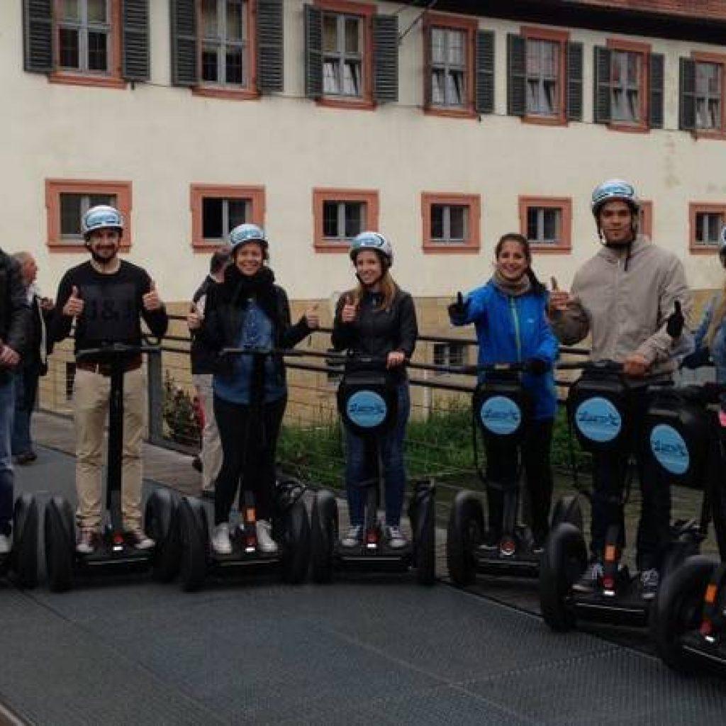 Segwayfahrer vor historischem Haus in Bamberg