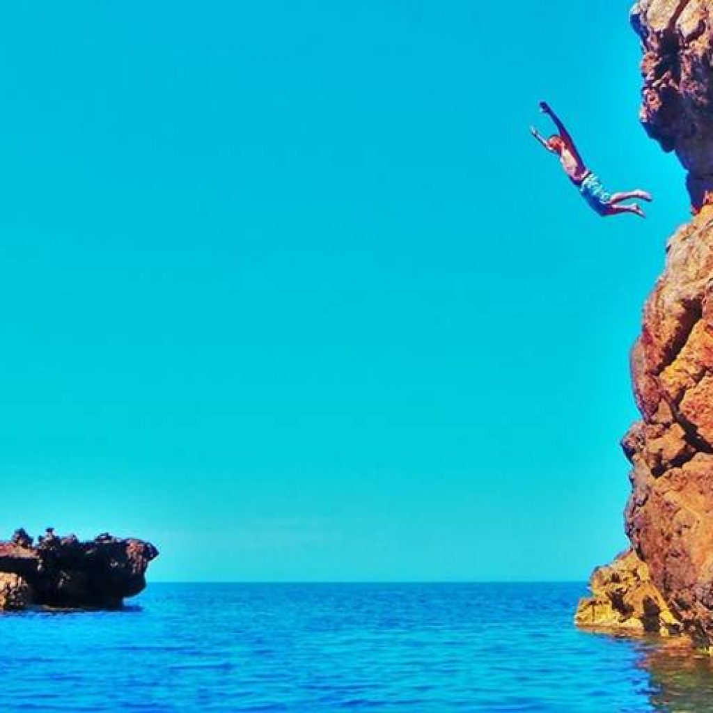 Ein Klippenspringer auf dem Weg ins Meer
