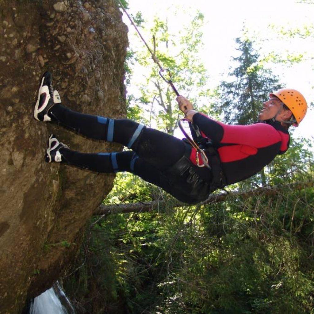Kletterer beim Abseilen am Fels