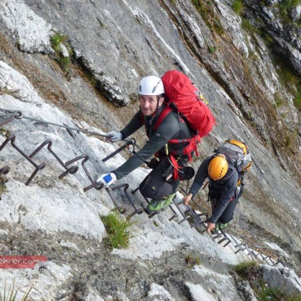 Zwei Kletterer in einem Klettersteig